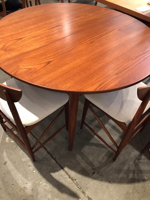 Teak-dining-table-metropolitan